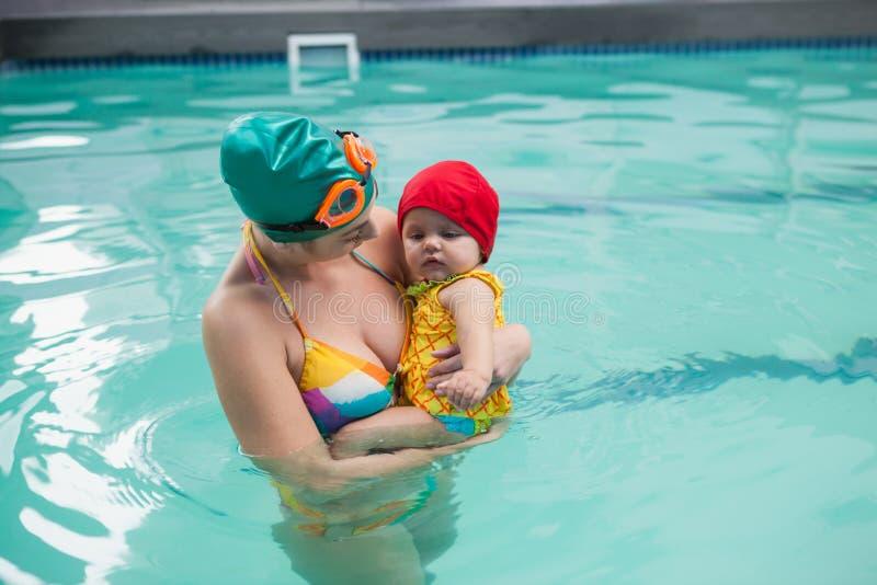 Mooie moeder en baby bij het zwembad royalty-vrije stock foto's