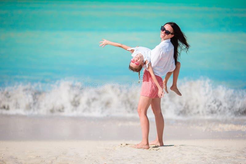Mooie moeder en dochter op Caraïbisch strand stock foto's