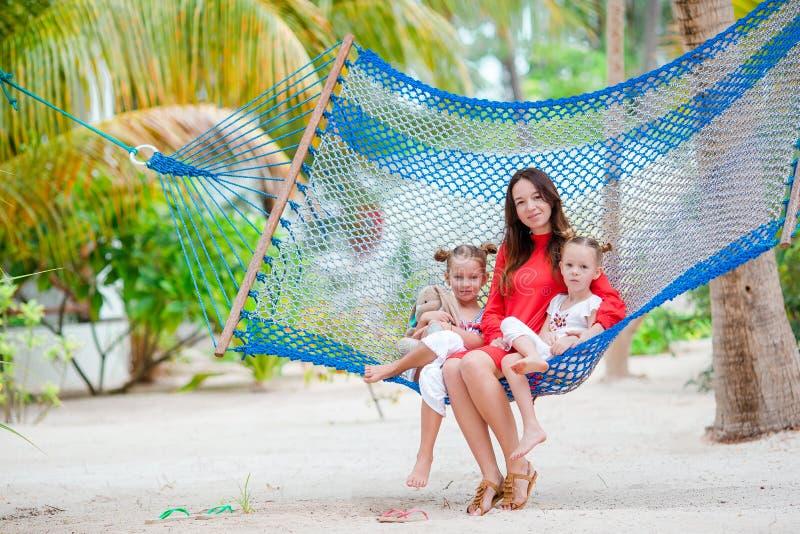 Mooie moeder en dochters op Caraïbisch strand stock foto