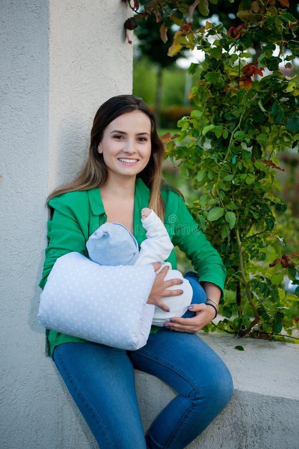 Mooie moeder en haar baby in het park stock foto's