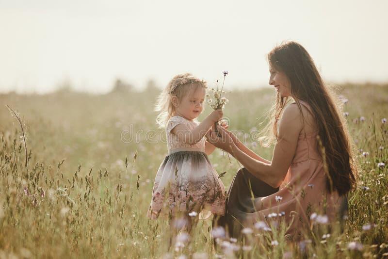 Mooie moeder en haar weinig dochter in openlucht nave Openluchtportret van gelukkige familie De gelukkige Vreugde van de Moeder`  royalty-vrije stock foto's