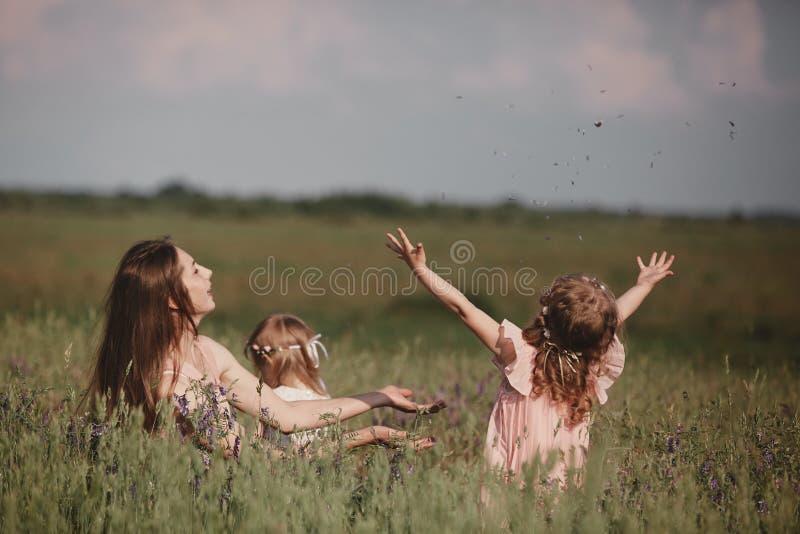 Mooie moeder en haar weinig dochter in openlucht nave Openluchtportret van gelukkige familie De gelukkige Vreugde van de Moeder`  royalty-vrije stock afbeeldingen