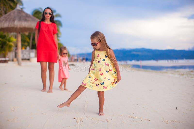 Mooie moeder en twee haar jonge geitjes bij exotisch strand royalty-vrije stock afbeelding