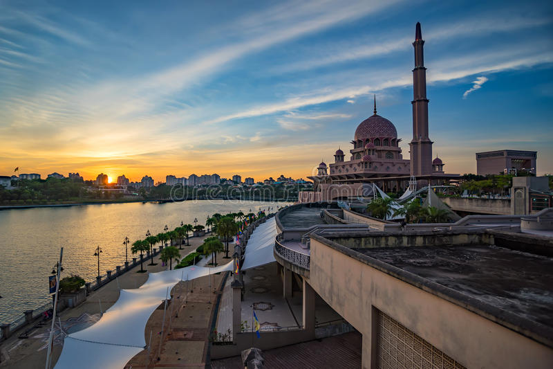 Mooie moskee in Putrajaya, Maleisië royalty-vrije stock fotografie