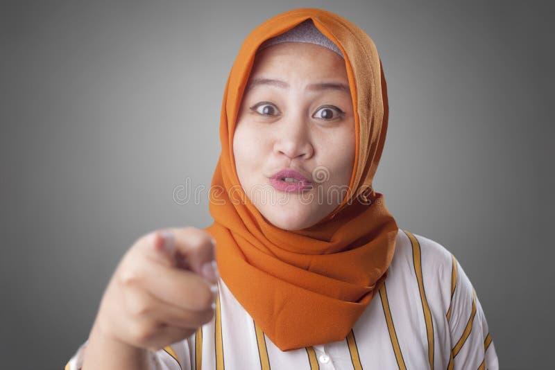 Mooie Moslimdame Smiling en vooruit het Richten stock afbeeldingen