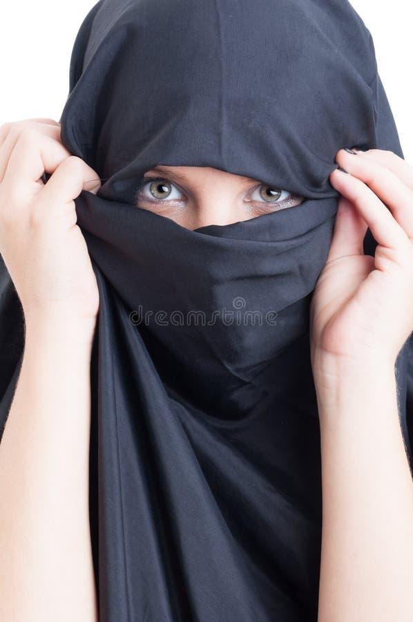 Mooie moslimvrouw die burka draagt stock afbeelding