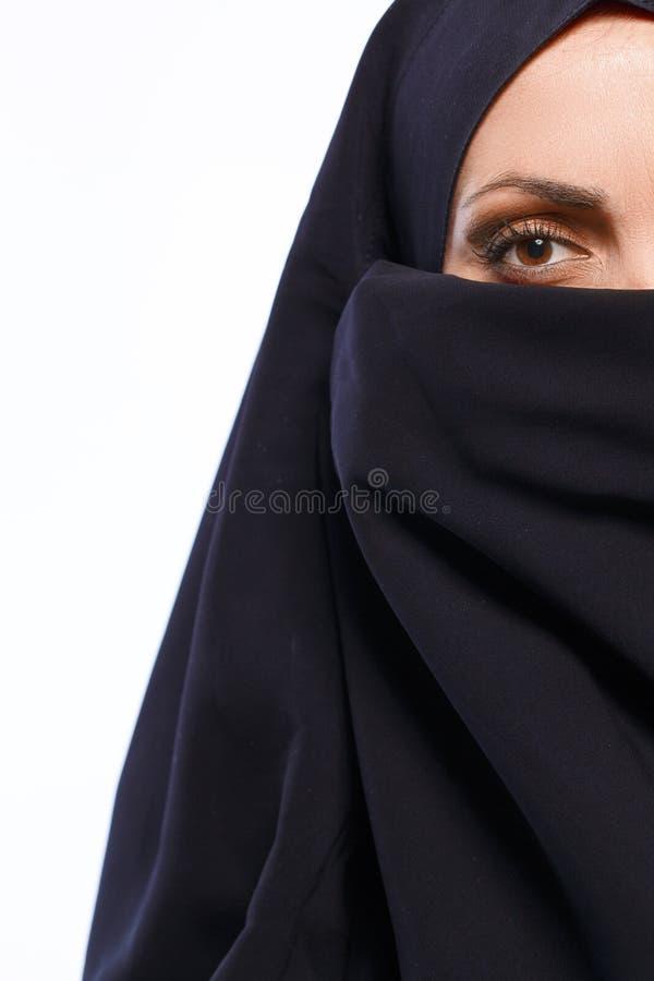 Mooie Moslimvrouw die camera bekijken royalty-vrije stock afbeelding