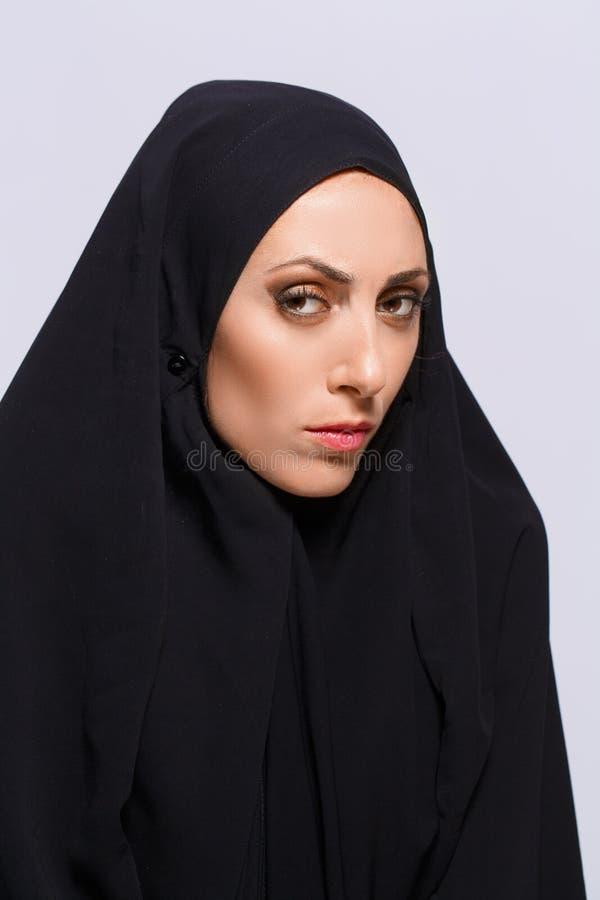 Mooie Moslimvrouw die camera bekijken royalty-vrije stock foto's