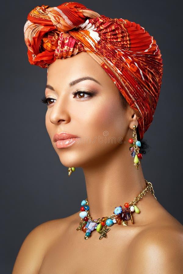 Mooie mulat jonge vrouw met tulband op hoofd stock afbeeldingen