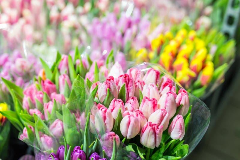 Mooie multicolored bloemboeketten Diverse verse tulpen bij bloemwinkel In het groot of kleinhandelsbloemopslag Installatiepakhuis royalty-vrije stock foto