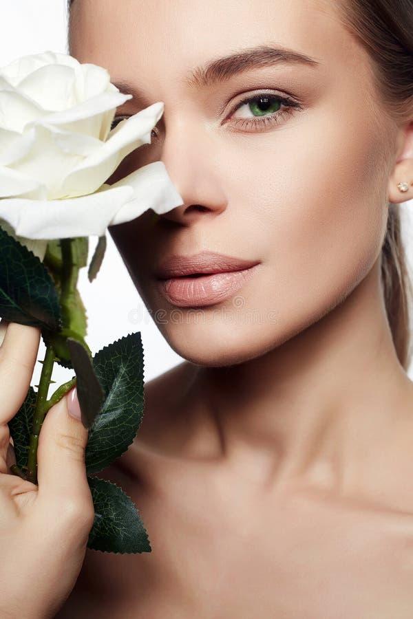 Mooie naakte samenstellingsvrouw met bloem stock afbeelding