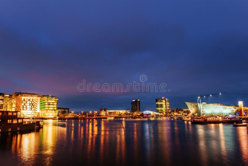 https://thumbs.dreamstime.com/b/mooie-nacht-amsterdam-nachtverlichting-van-gebouwen-61734543.jpg