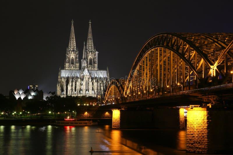 Mooie nachtmening van de Kathedraal van Keulen stock fotografie