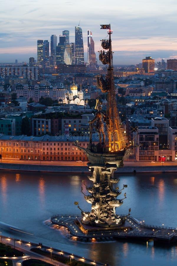Mooie nachtmening van het monument aan Peter Groot in Moskou royalty-vrije stock fotografie