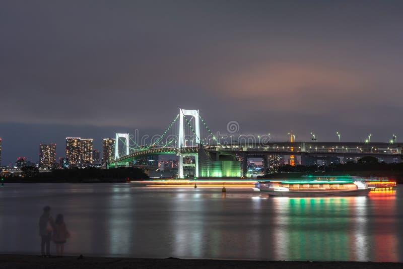 Mooie nachtmening van Odaiba, de Toren van Tokyo en Regenboogbrug royalty-vrije stock fotografie