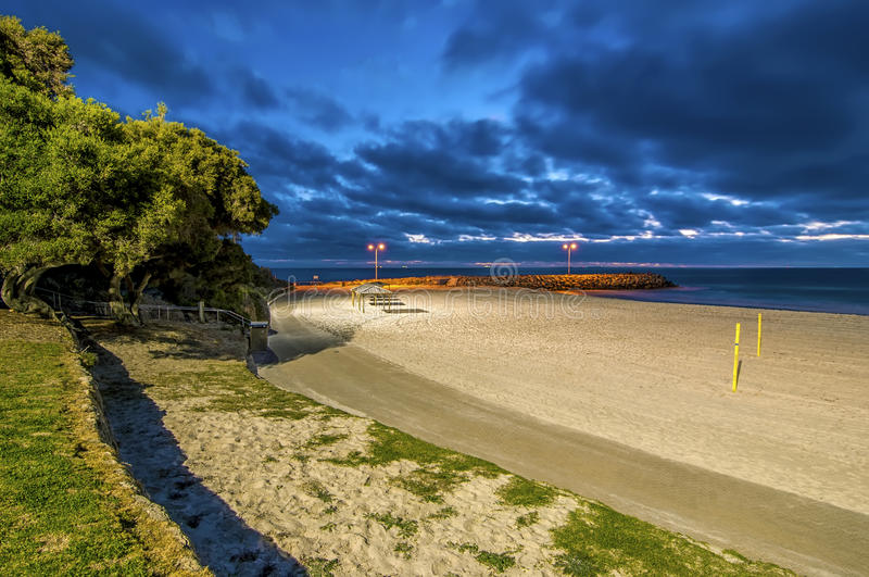 Mooie Nachtscène bij Cottesloe-Strand, Perth, Westelijk Australië royalty-vrije stock foto's