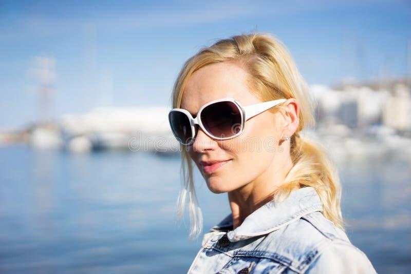 Mooie natuurlijke jonge blonde vrouw in zonnebril royalty-vrije stock foto's