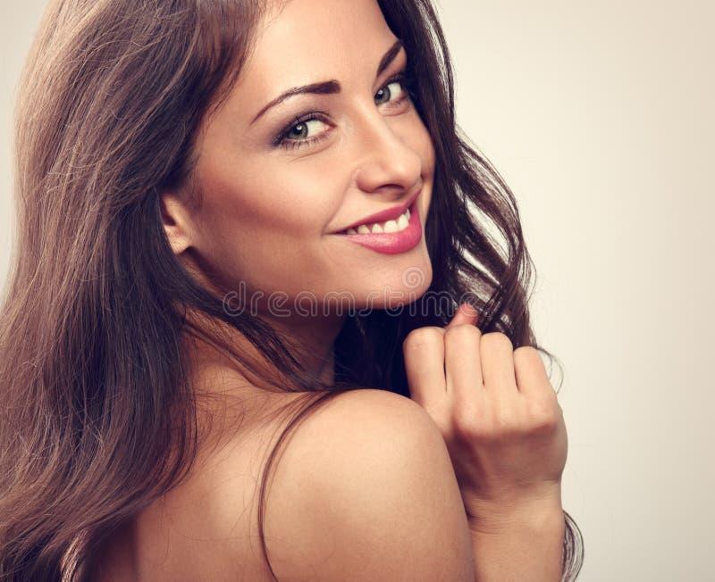 Mooie natuurlijke make-upvrouw die met lange haarstijl glimlachen Het concept van Skincare Het portret van de close-up stock afbeeldingen