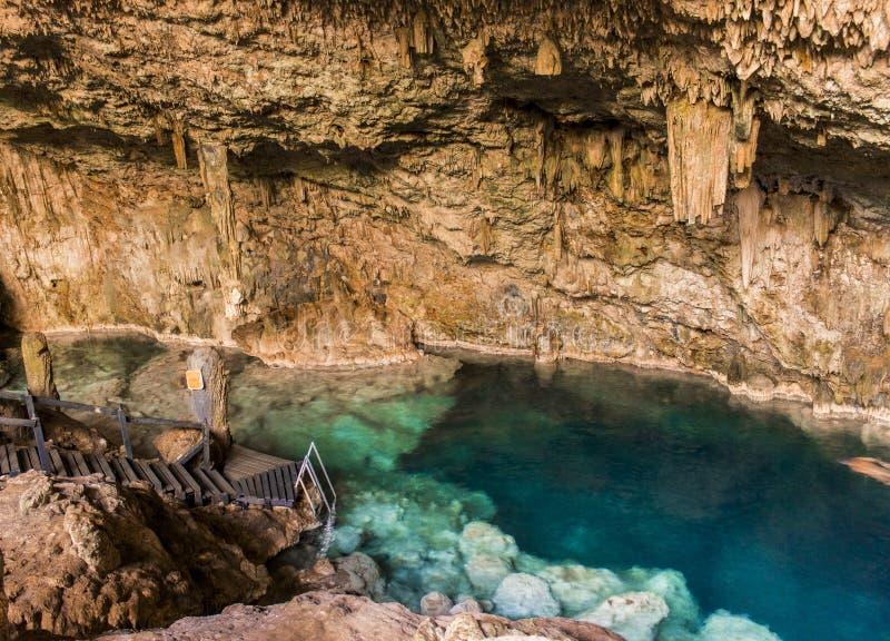 Mooie natuurlijke pool van glashelder die water in een rotsachtig hol met stalagmieten en stalagmieten wordt gevormd stock foto's