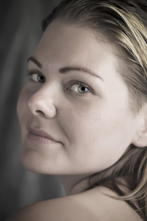 Mooie natuurlijke vrouw in het daglicht dichte omhooggaande portret stock foto