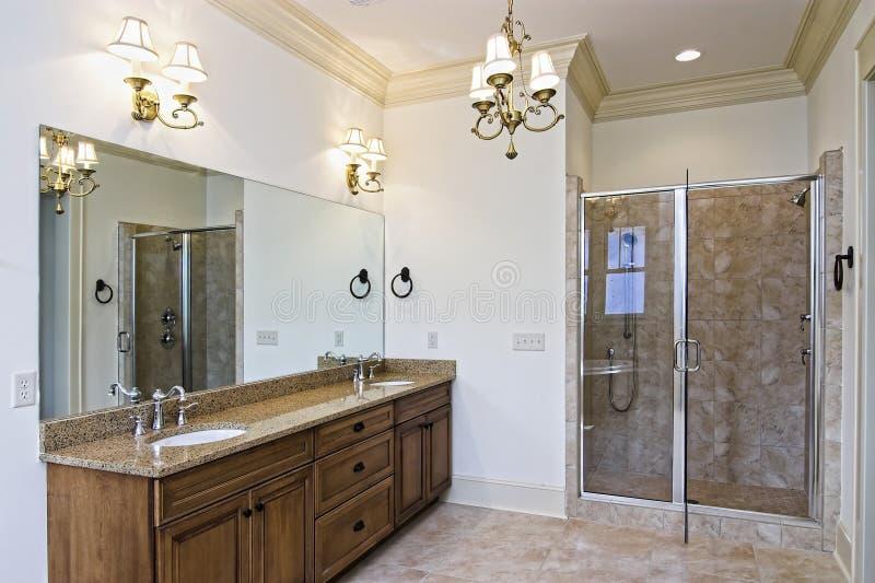Mooie nieuwe badkamers stock fotografie