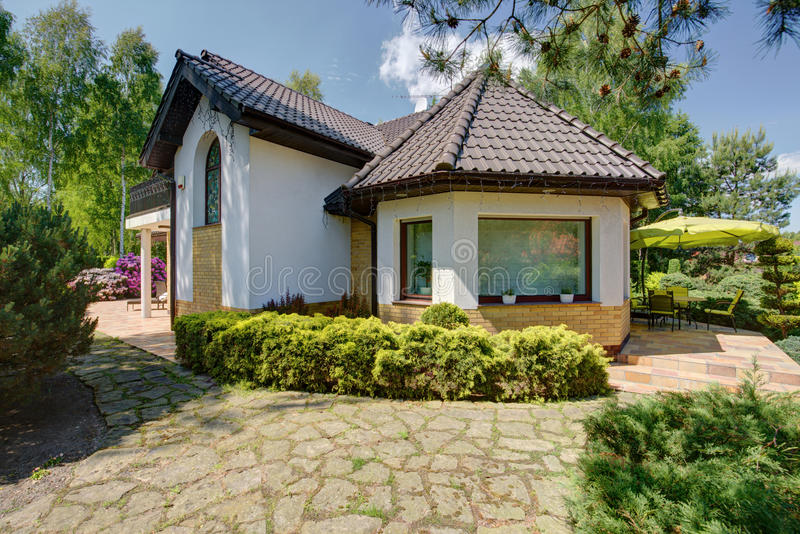 Mooie nieuwe ontwerp witte villa stock foto