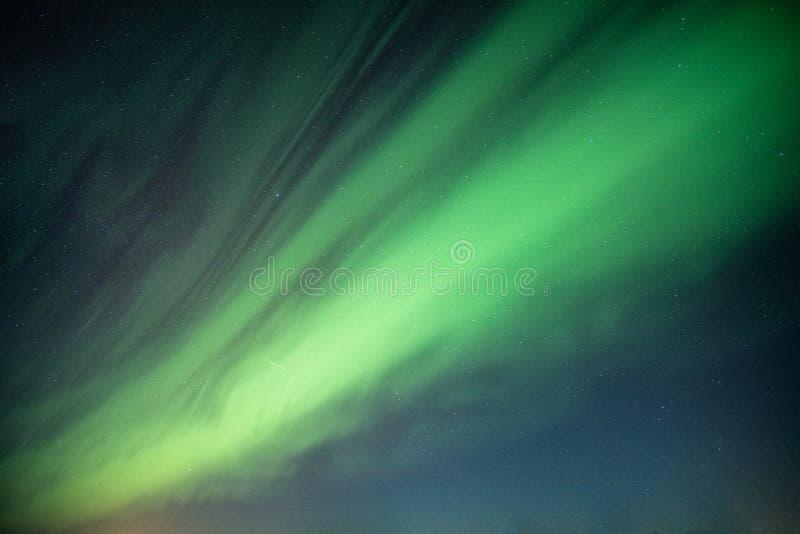 Mooie Noordelijke lichten, Aurora borealis die op nachthemel dansen royalty-vrije stock afbeelding