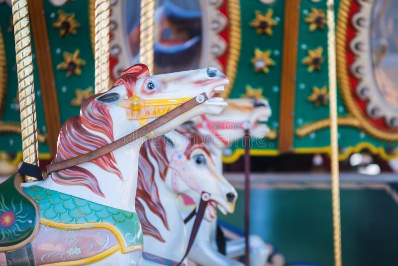 Mooie nostalgische kleurrijke uitstekende carrousel vrolijk-gaan-rond hor royalty-vrije stock afbeeldingen