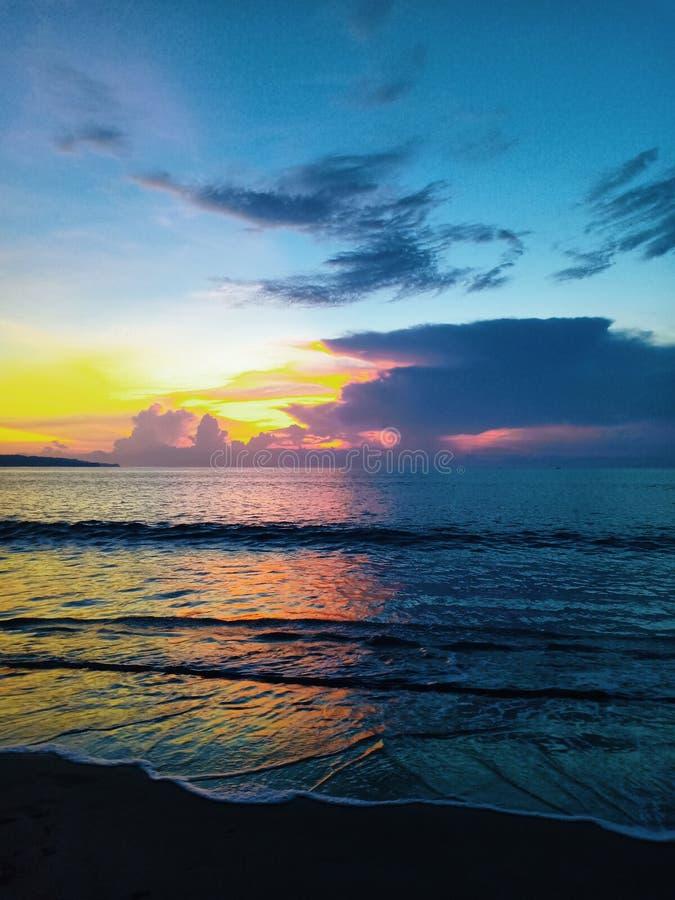Mooie oceaanzonsondergang kleurrijke hemel en nat zand royalty-vrije stock fotografie