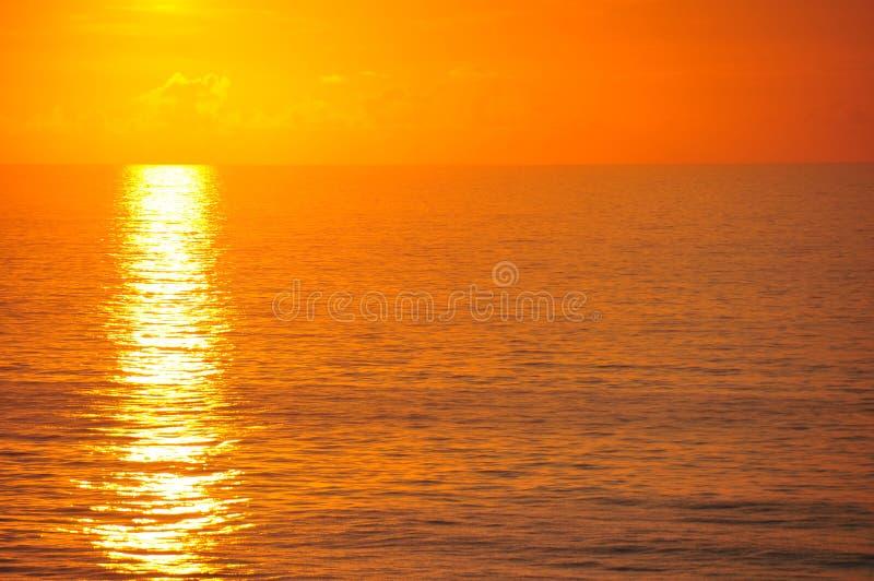 Mooie ochtendzonsopgang op de oceaan stock foto's
