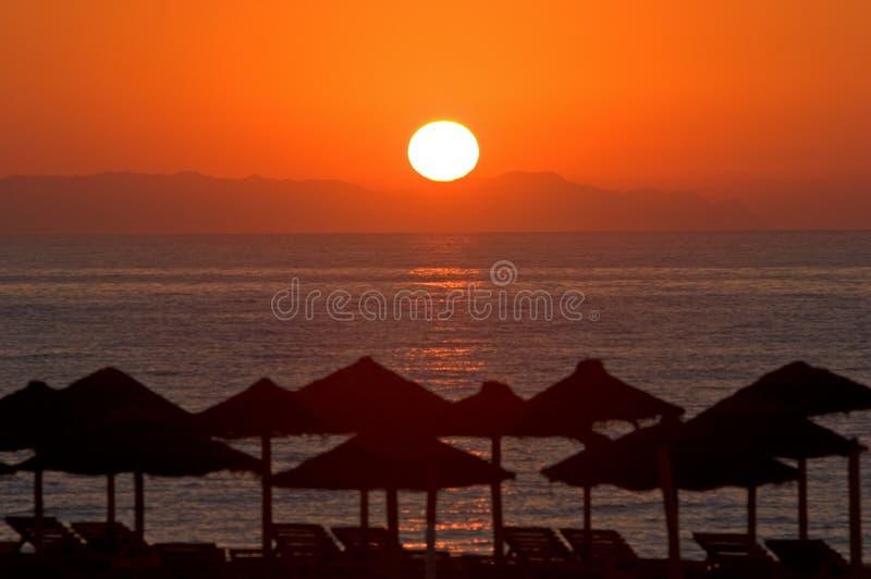 Mooie ochtendzonsopgang in Roquetas del Mar in Spanje stock foto