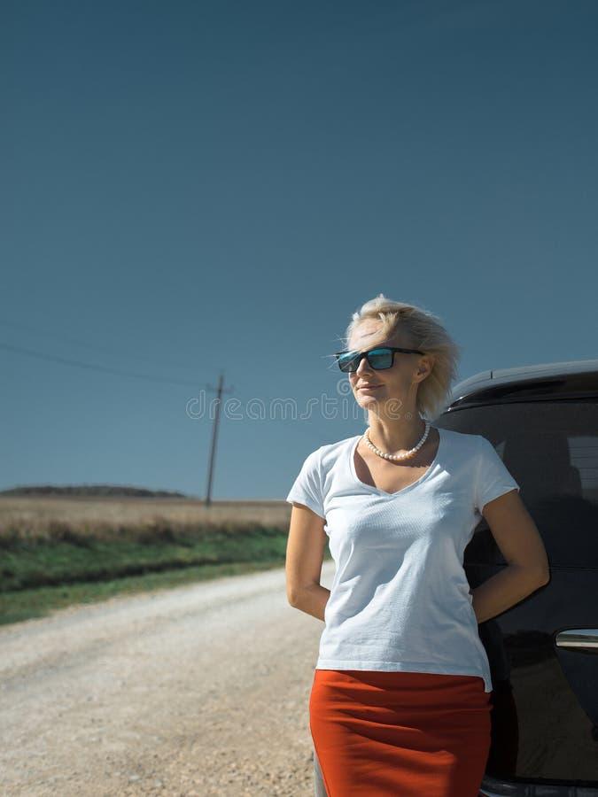 Mooie onafhankelijke vrouw die weg van reis genieten Succesvolle vrouw stock afbeelding