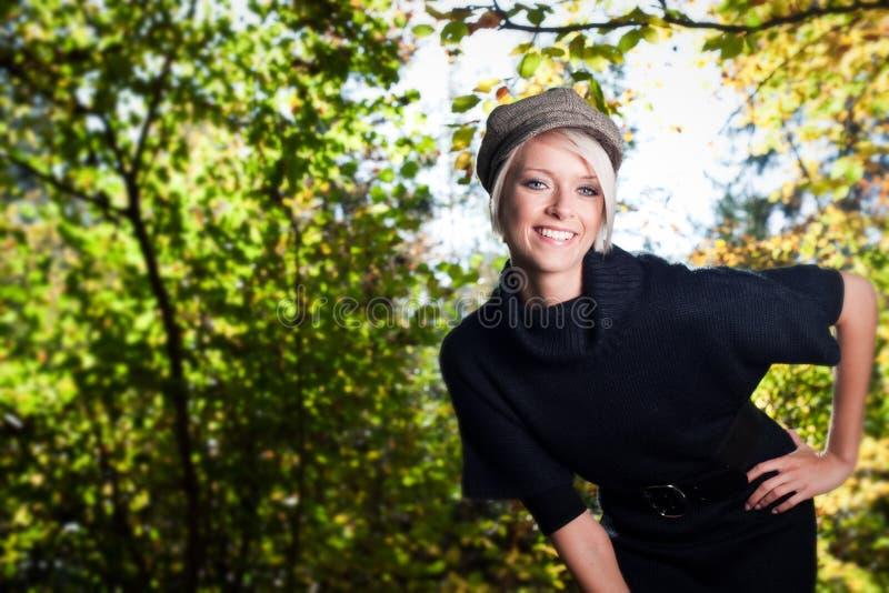 Mooie onbezorgde jonge vrouw royalty-vrije stock foto's