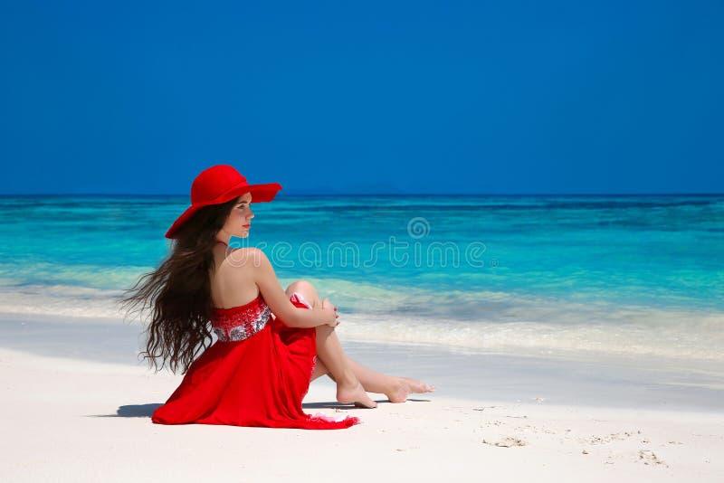 Mooie onbezorgde vrouw die in hoed van exotische overzees, brunette genieten aangaande stock foto