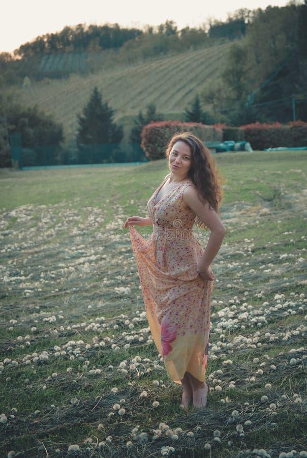 Mooie onbezorgde vrouw op gebieden die gelukkig zijn royalty-vrije stock fotografie