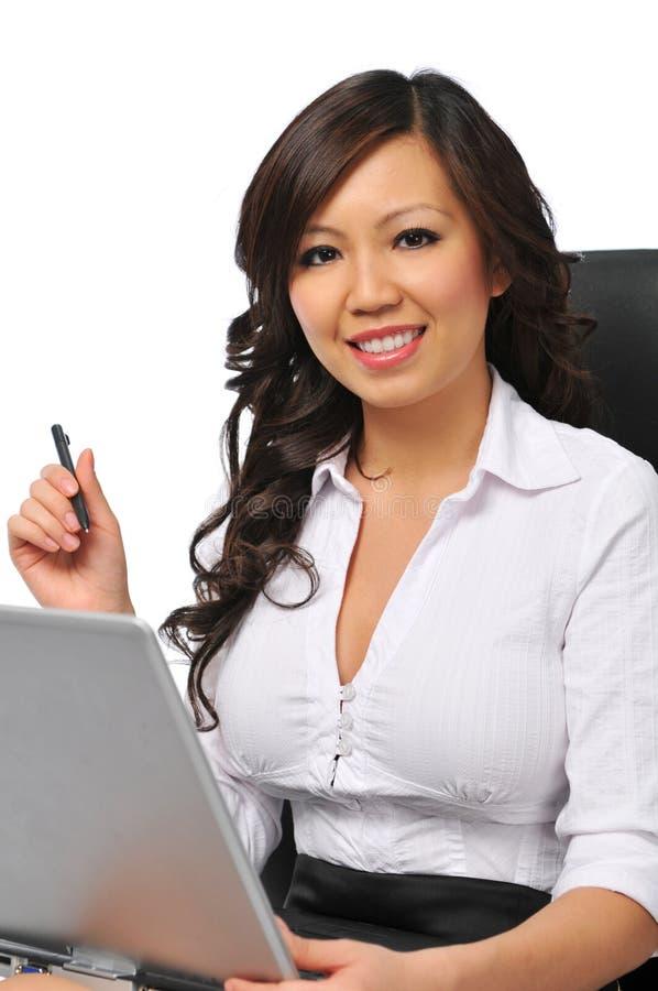 Mooie onderneemster met laptop stock foto