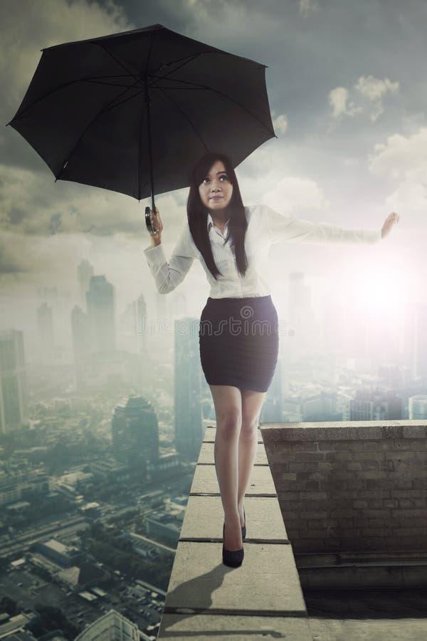 Mooie ondernemer met paraplu op dak royalty-vrije stock fotografie