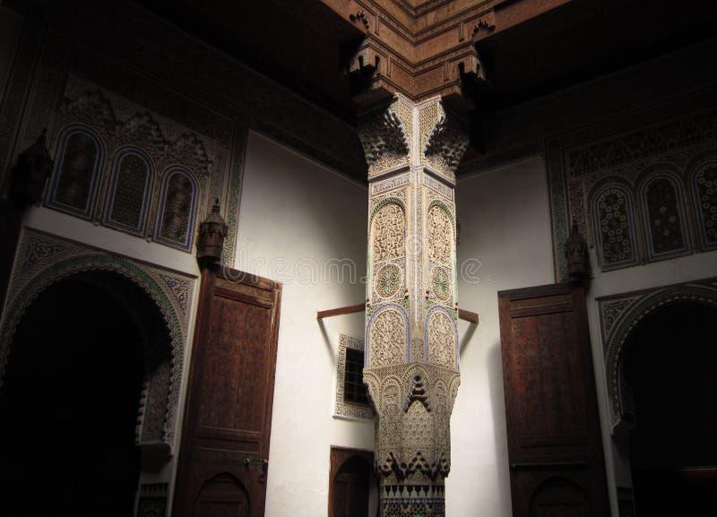 Mooie ondersteunende pijler in de Arabische villa in Marrakech royalty-vrije stock foto