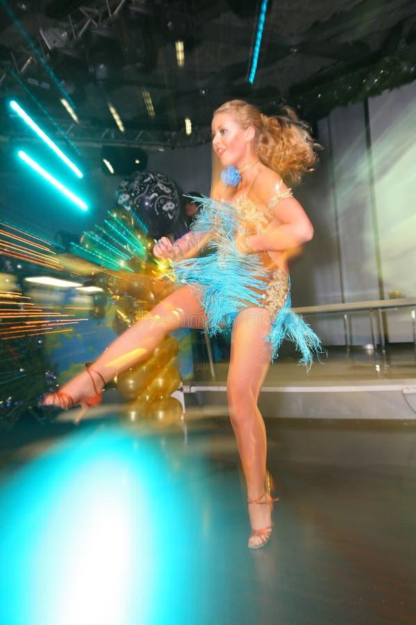 Mooie onduidelijk beelddans Jonge atletendansers van de Federatie van de danssport van Heilige Petersburg royalty-vrije stock foto