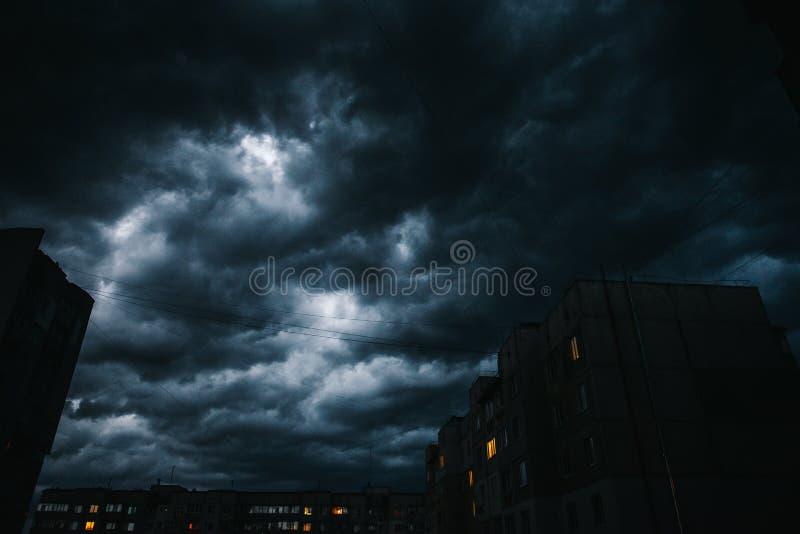 Mooie onweershemel met wolken over de stad, apocalyps als royalty-vrije stock afbeelding