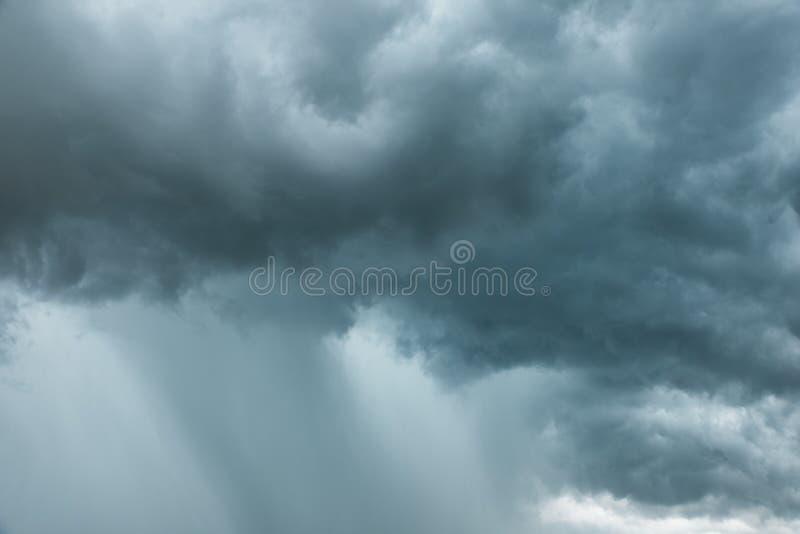 Mooie Onweerswolken op blauwe hemel stock foto
