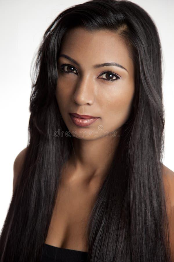 Mooie Oosterse vrouw met lang zwart haar royalty-vrije stock foto