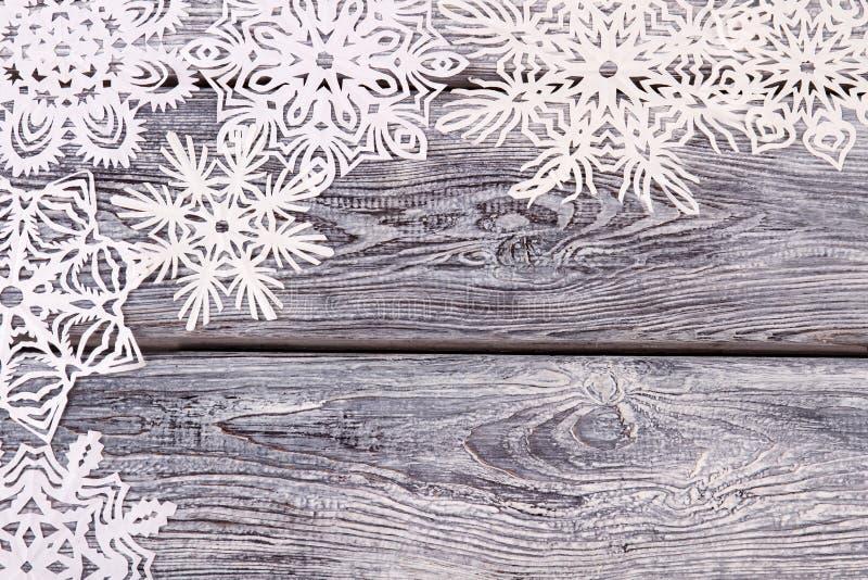 Mooie openwork witte sneeuwvlokken op een uitstekende achtergrond royalty-vrije stock foto