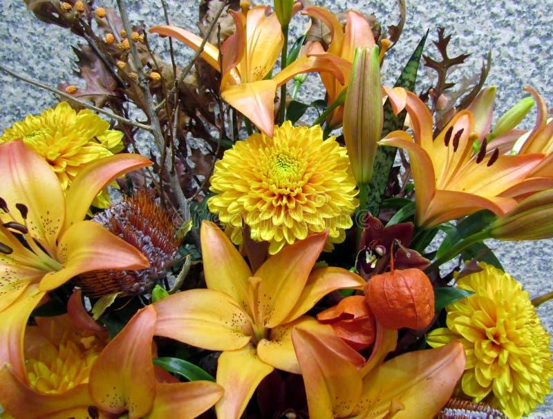 Mooie oranje lelies en chrysantenbloemen stock afbeelding