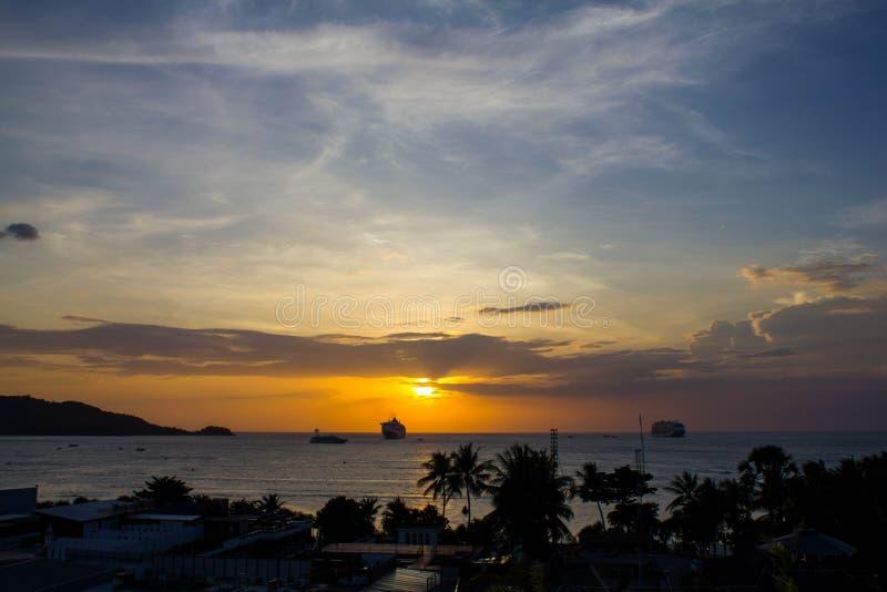 Mooie oranje zonsondergang in het overzees tegen het silhouet van palmen in Thailand Heet de zomerlandschap stock afbeeldingen