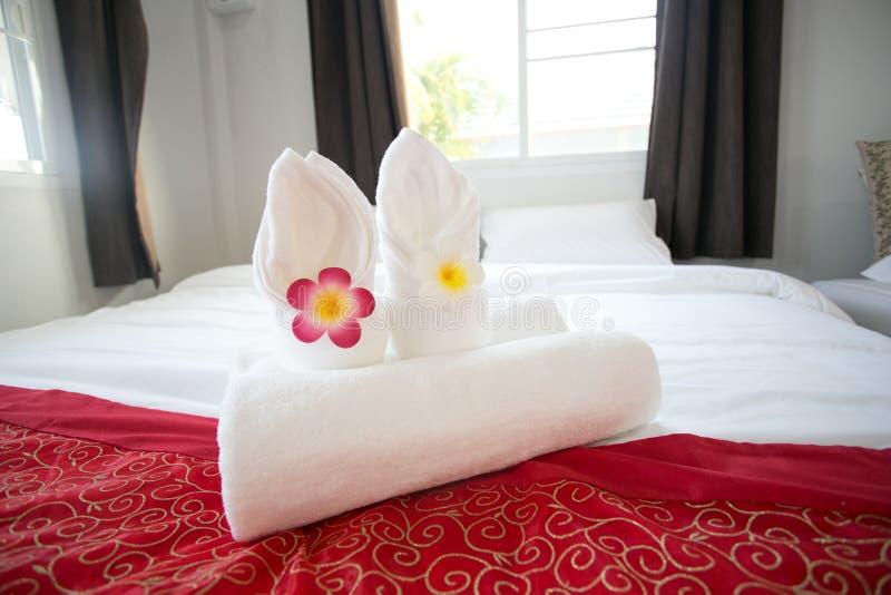 Mooie orchidee op verse handdoeken in hotel dichte omhoog 3 royalty-vrije stock foto