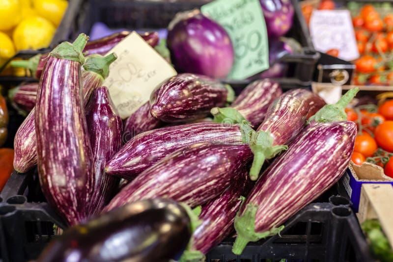 Mooie organische die aubergine voor verkoop bij de markt van de lokale landbouwer wordt aangeboden stock afbeeldingen