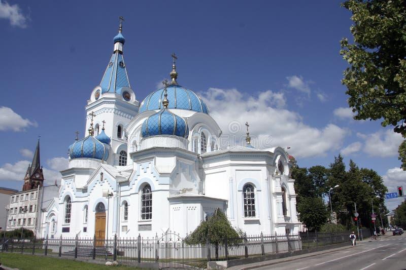 Mooie orthodoxe die kerk van witte steen wordt gemaakt royalty-vrije stock fotografie