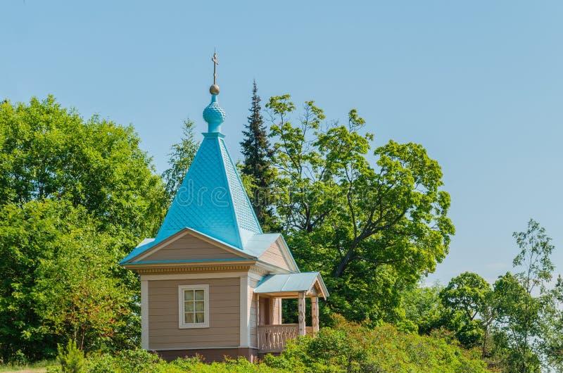 Mooie Orthodoxe kapel op een zonnige de zomerdag Kapel van de Interventie van de Heiligste Moeder van God van het Valaam-Klooster stock afbeelding