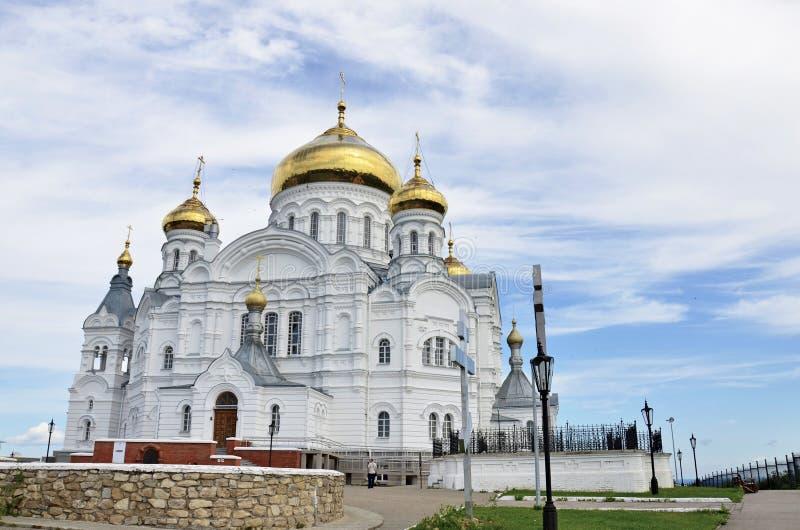 Mooie orthodoxe kerk met gouden koepels stock fotografie